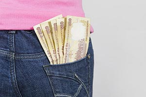 1 Woman takes out Rupees Notes of her rear pocket