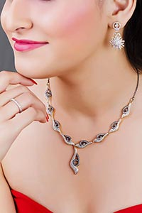 Beautiful Lady Expensive Necklace And Earring Fash