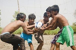 20-25 Years ; 3-5 People ; Ball ; Bending ; Boys ;