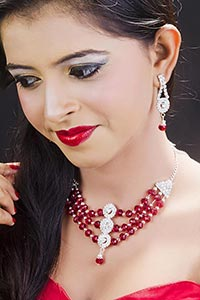 1 Person Only ; 20-25 Years ; Artificial ; Bead ;