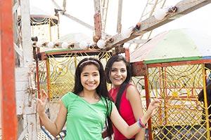 2 People ; 20-25 Years ; Amusement Park ; Carefree